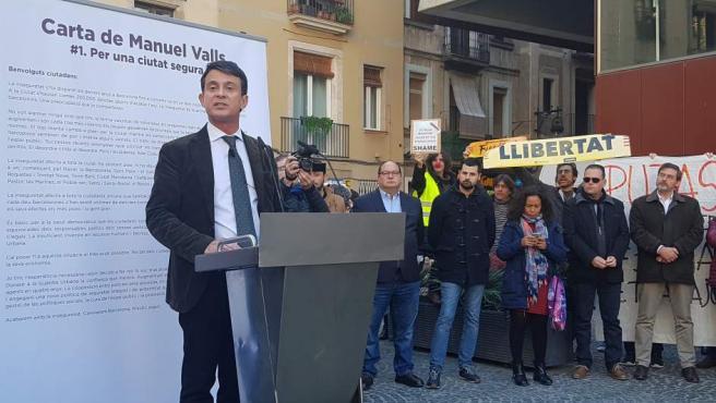 Manifestantes obstaculizan un acto de Manuel Valls en el Raval y sale escoltado.
