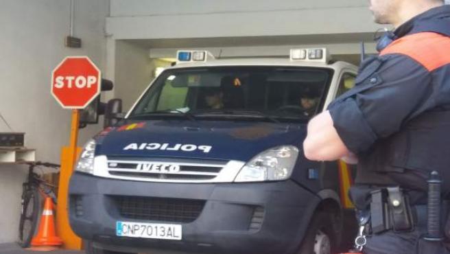 Furgón policial con los miembros de La Manada.