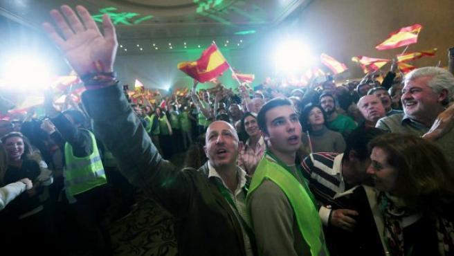 Militantes y simpatizantes de Vox celebran los resultados en las elecciones andaluzas en un hotel de Sevilla.