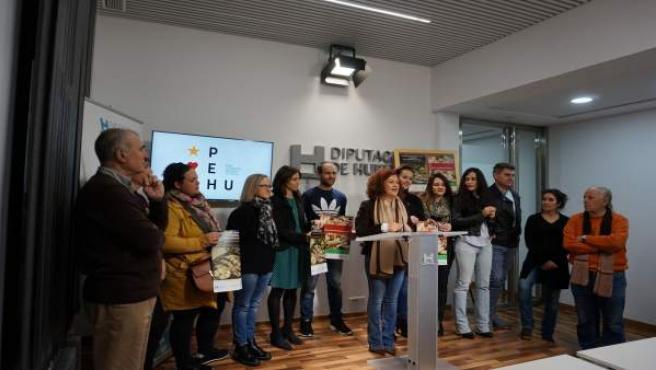 María Eugenia Limón presenta las muestras navideñas.