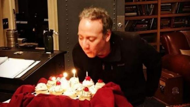 El actor Kevin Sussman (Stuart en 'The Big Bang Theory') soplando las velas de su 47 cumpleaños.