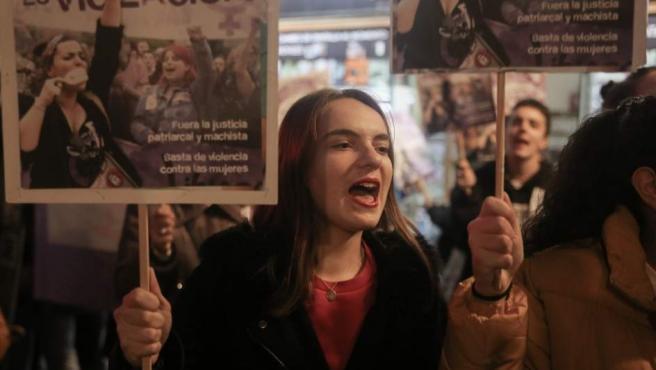 Decenas de personas protestan ante el Ministerio de Justicia por la sentencia de La Manada.