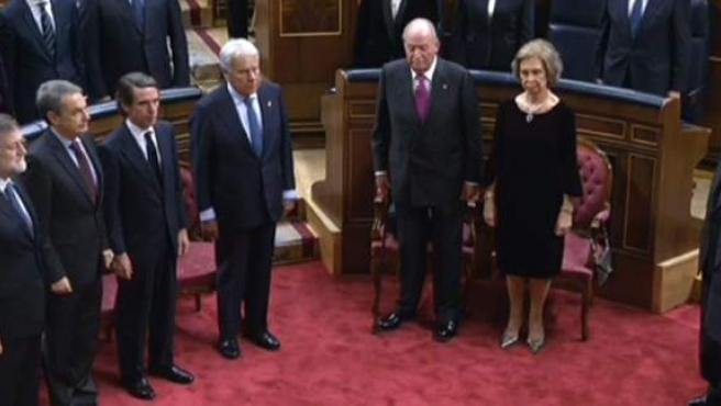 Ovación al rey emérito en el Congreso junto a los presidentes del Gobierno Mariano Rajoy, José Luis Rodríguez Zapatero, José María Aznar y Felipe González.