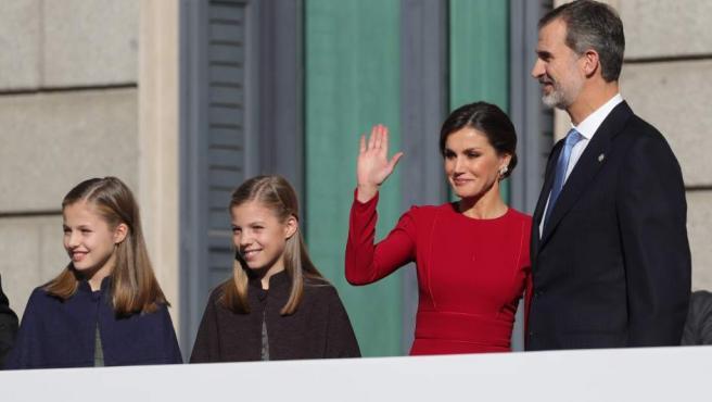 Los Reyes, que presiden el acto solemne conmemorativo del 40 aniversario de la Constitución, que se celebra hoy en el Congreso, al que también asisten sus hijas, la Princesa Leonor y la infanta Sofía, saludan a su llegada.