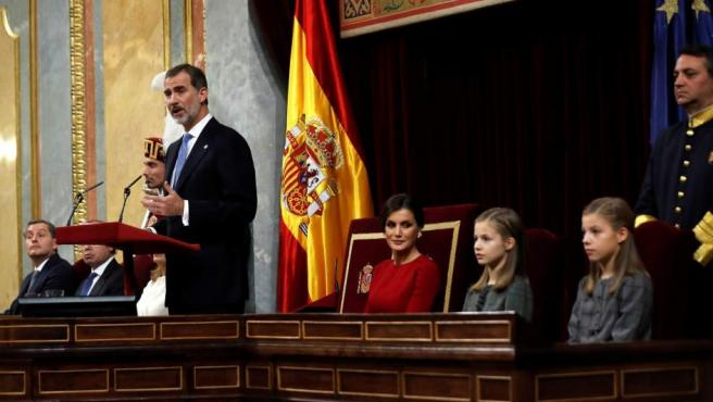El rey Felipe VI, junto a la Reina Letizia, la princesa Leonor (2d) y la Infanta Sofía, en el hemiciclo del Congreso de los Diputados.