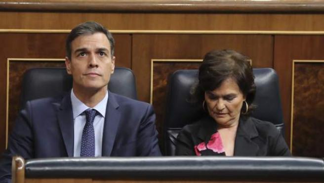 Pedro Sánchez, junto a la vicepresidenta Carmen Calvo, en los actos en el Congreso.