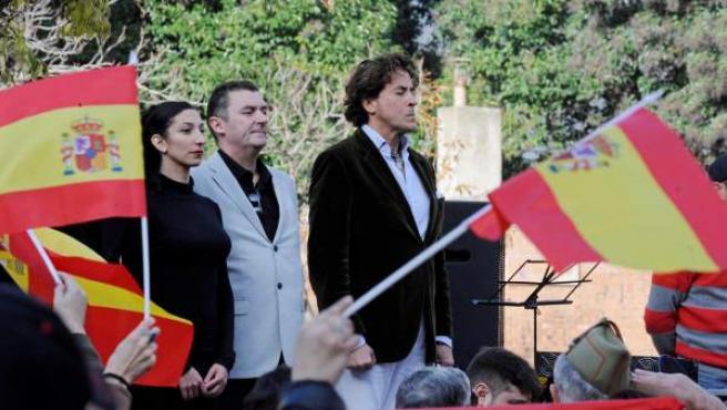 Álvaro de Marichalar escucha el himno nacional durante el acto conmemorativo del 40 aniversario de la Constitución en Girona.