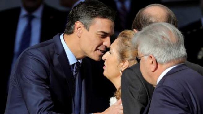 El presidente del gobierno Pedro Sánchez y la presidenta del Congreso Ana Pastor, se saludan a su llegada al Congreso de los Diputados.