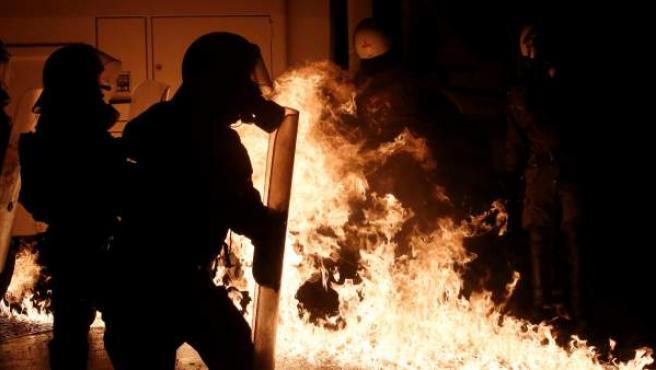 Policías antidisturbios se enfrentan a manifestantes durante una protesta en Atenas.