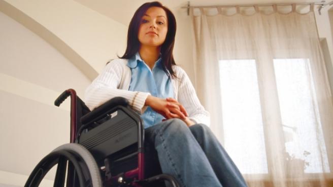 Una joven en silla de ruedas.