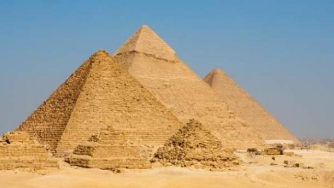 Las pirámides Keops, Kefrén y Micerinos, situadas en la meseta de Giza.