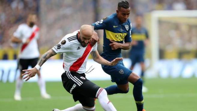 El jugador de River Plate Jonathan Maidana (i) disputa el balón con Sebastián VIlla (i), de Boca Juniors.