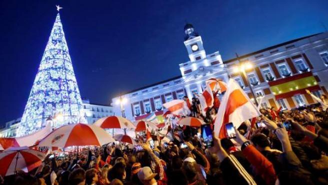 Aficionados de River Plate en la Puerta del Sol de Madrid.