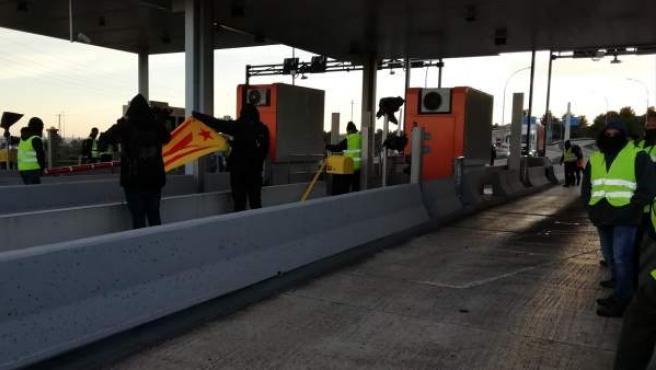Imagen de los CDR en Tarragona abriendo peajes.