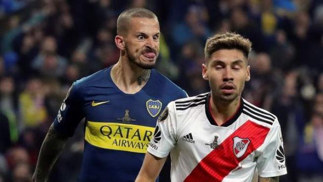 Benedetto, de Boca Juniors, miró así tras su gol a Montiel, de River Plate.
