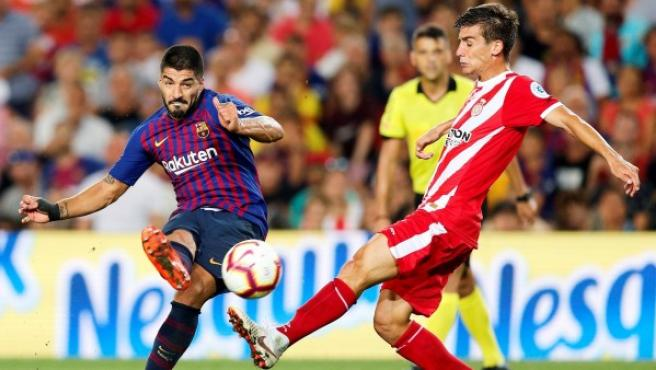 Luis Suárez chuta ante Pere Pons durante un Barcelona-Girona.