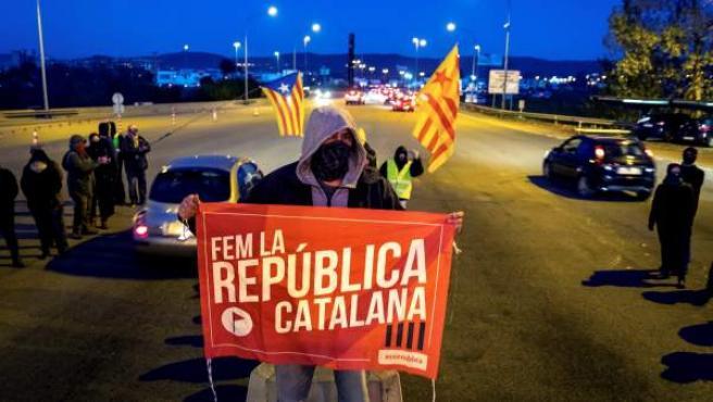 Un grupo de los Comités de Defensa de la República (CDR) levantan las barreras en la salida de la AP-7 en Girona Sud.