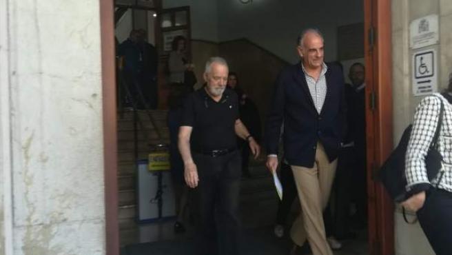 Bartolomé Cursach (en el centro) sale del juzgado con el abogado Fernando Mateas.c