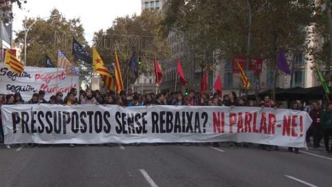 Funcionarios protestan contra los recortes en Cataluña en una imagen de archivo.
