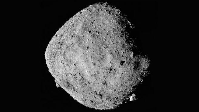 Instantánea mosaico del asteroide Bennu recogida por la sonda Osiris-Rex, de la NASA.