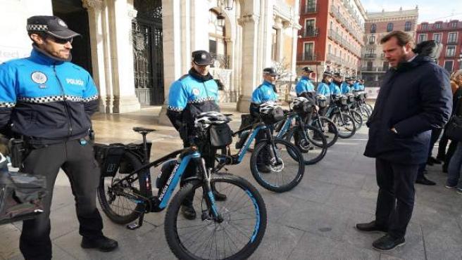 El alcalde observa las nuevas bicicletas de la Policía Municipal. 11-12-18