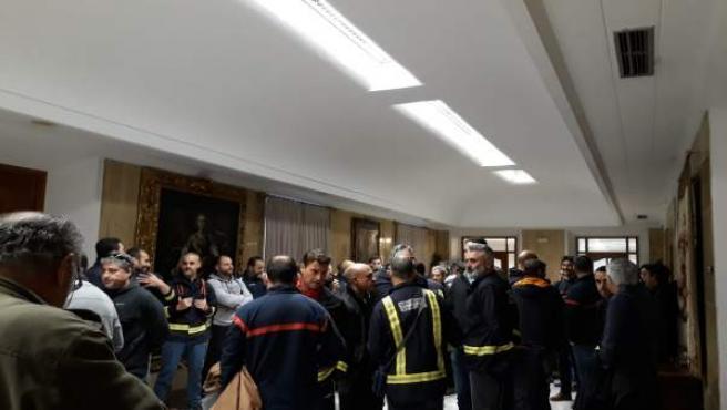Concentración de bomberos en el Ayuntamiento