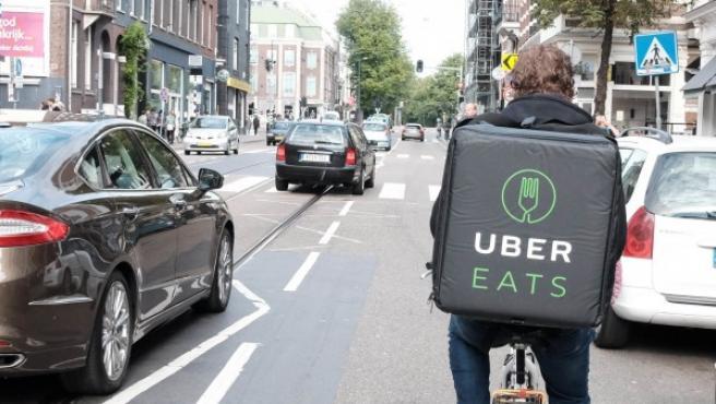 Imagen de un repartidor que va en bicicleta de la empresa Uber Eats.