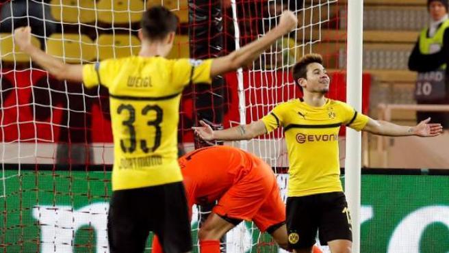 Raphael Guerreiro y Weigl celebran uno de los goles del luso ante el Mónaco.