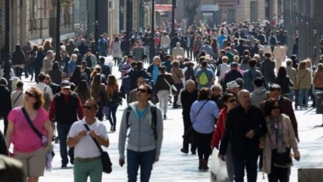 Imagen del Portal de l'Àngel de Barcelona repleto de tiendas y turistas.
