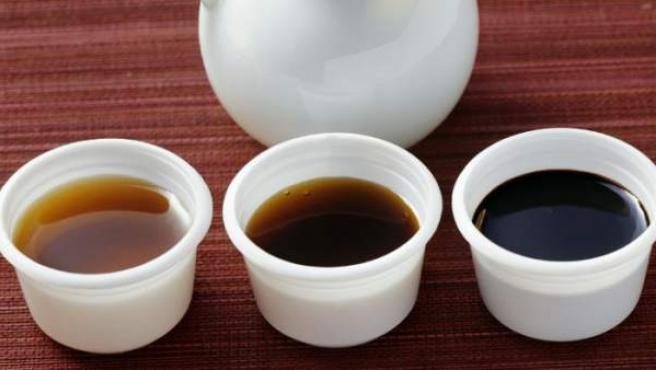 En la imagen, tres botes de salsa de soja.