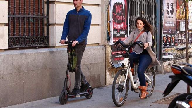 Las normativa prohíbe que patinetes eléctricos y bicicletas vayan por las aceras. Ayer, dos personas circulando por la calle de Valverde.