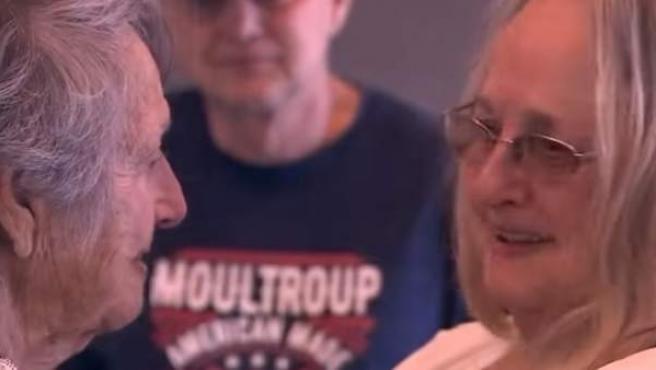 Connie Moultroup se reúne con su madre.