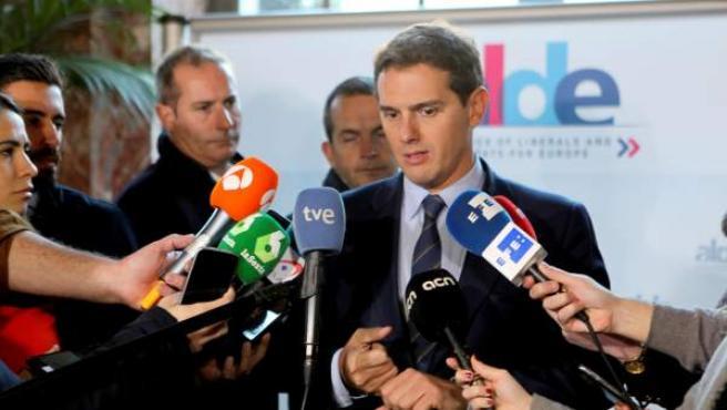 El líder de Ciudadanos, Albert Rivera, conversa con los periodistas en Bruselas.