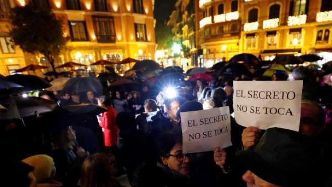 Asistentes a la concentración conjunta en defensa del derecho al secreto profesional que ha sido convocada por el sindicato y la asociación de periodistas de Baleares.