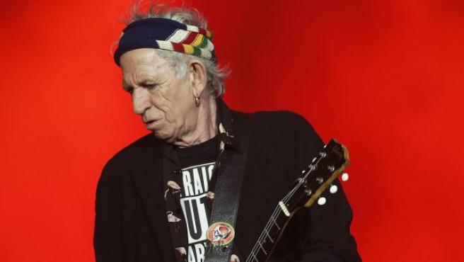 El guitarrista de The Rollings Stones, Keith Richards, toca durante el concierto de la banda británica en Barcelona.