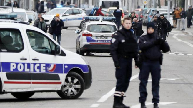 Agentes de la policía francesa llevan a cabo una operación antiterrorista.