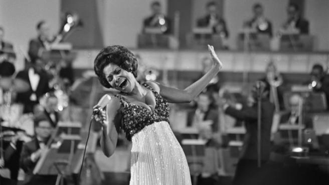 Nancy Wilson durante una actuación en televisión.