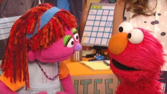 Lily, la primera niña sintecho de 'Barrio Sésamo' junto a su amigo Elmo.