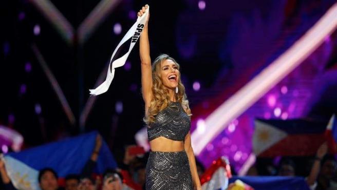 La representante española, Ángela Ponce, saluda al público durante la gala final de Miss Universo 2018, tras ser eliminada, y después de la proyección de un vídeo sobre ella, como primera mujer transexual participante en el certamen.