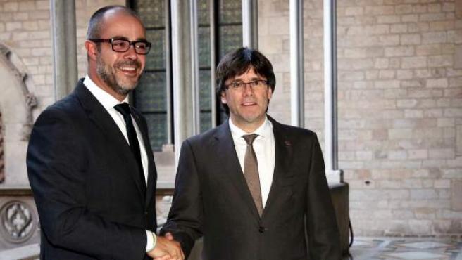 El expresidente de la Generalitat, Carles Puigdemont, y el entonces presidente de la Asociación Catalana de Municipios (ACM), Miquel Buch, y actual conseller de Interior del Govern de Quim Torra.