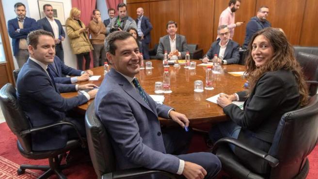 Los equipos negociadores de Partido Popular y Ciudadanos, encabezados por Juanma Moreno (c) y Juan Marín (al fondo).