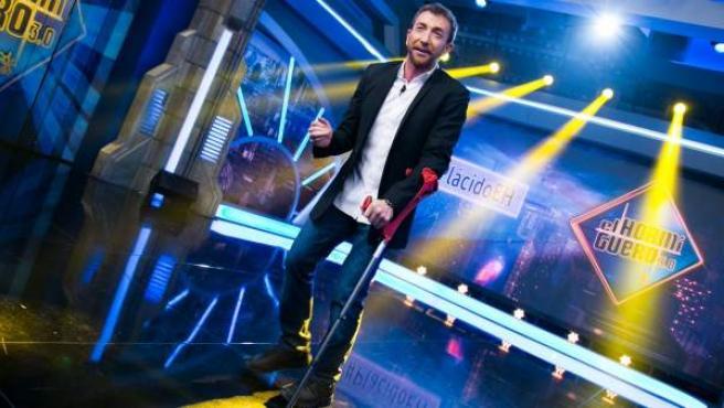 El presentador de 'El hormiguero', Pablo Motos, con una muleta, tras sufrir una lesión en un pie.
