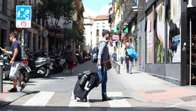 Un turista se dirige a su alojamiento contratado en el distrito de Centro.