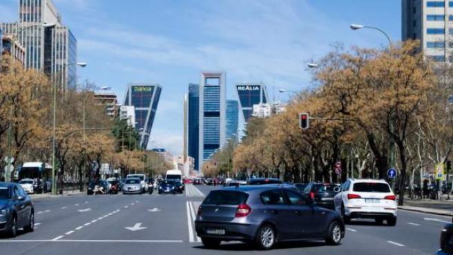 Coches en la Castellana de Madrid.