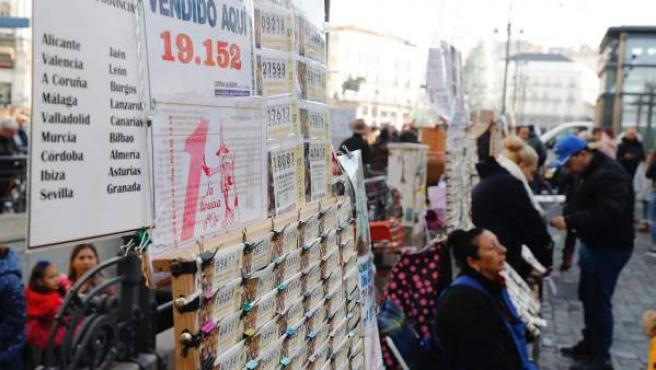 Venta de décimos para la Lotería de Navidad en la Puerta del Sol de Madrid.