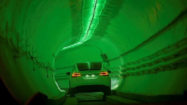 Un Tesla Modelo X modificado circula por el túnel Hawthorne, de Boring Company, durante su inauguración, en California (EE UU).
