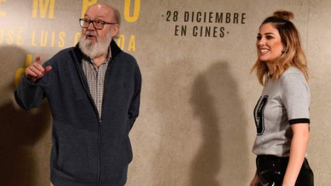 La actriz Blanca Suárez junto al cineasta José Luis Cuerda posan durante el photocall con motivo de la presentación de la película 'Tiempo después'.