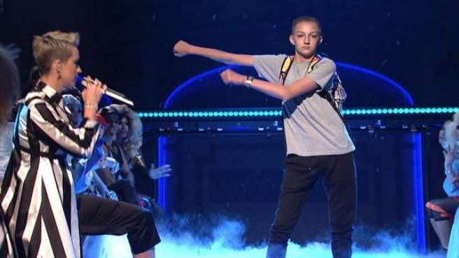 El niño de la mochila se mueve al ritmo de su característico baile Floss junto a Katy Perry.