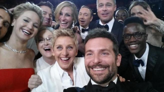 Ellen DeGeneres se hace una 'selfie' con Bradley Cooper, Meryl Streep, Jennifer Lawrence y un amplio grupo de actores durante la gala de los Oscar 2014.