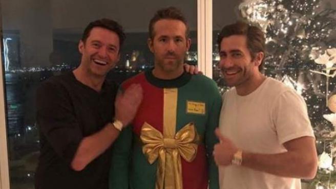 Hugh Jackman y Jace Gyllenhaal le gastan una broma a Ryan Reynolds.